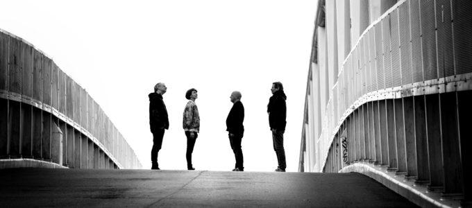 Portrait groupe Flunk sur un pont