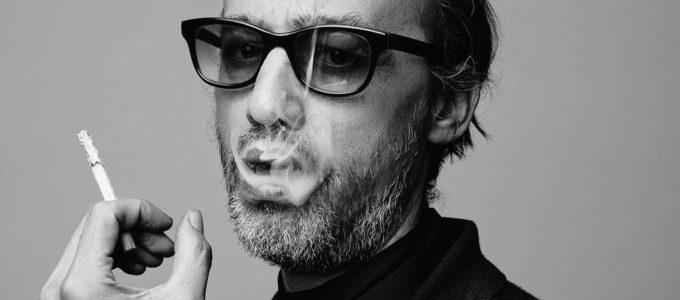 Nicolas Ker fume une cigarette
