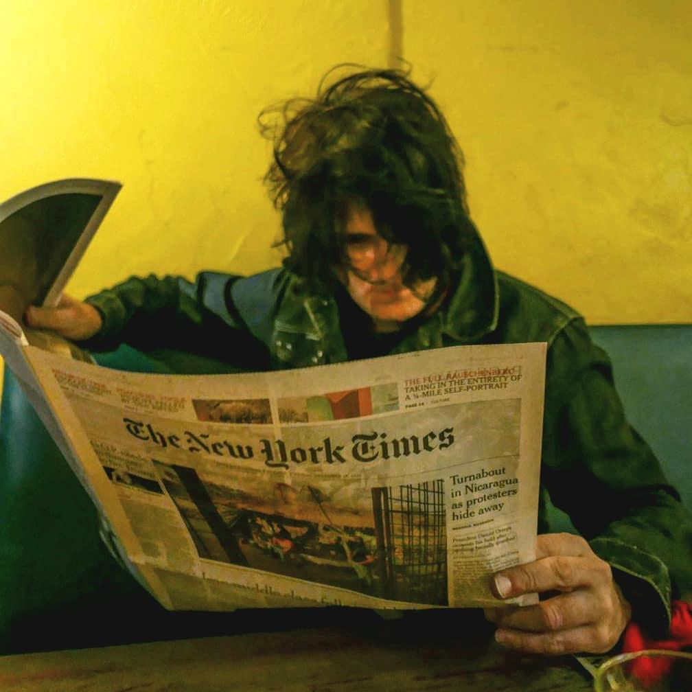 Delaney blue lisant un journal